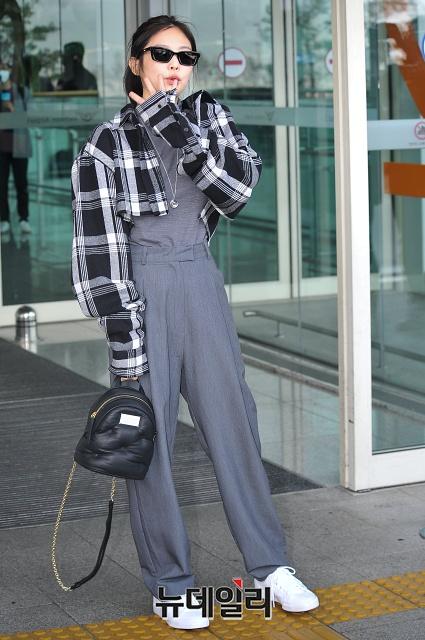 9-BLACKPINK-Jennie-Airport-Photos-13-february-2020-to-London-for-Photoshoot.jpeg
